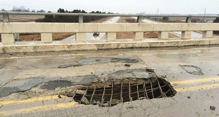 Pothole lets overpass drivers see I-75 underneath