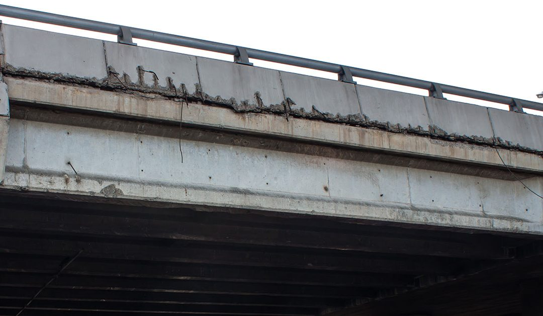 Concrete pieces falling from I-196 overpass in Grand Rapids